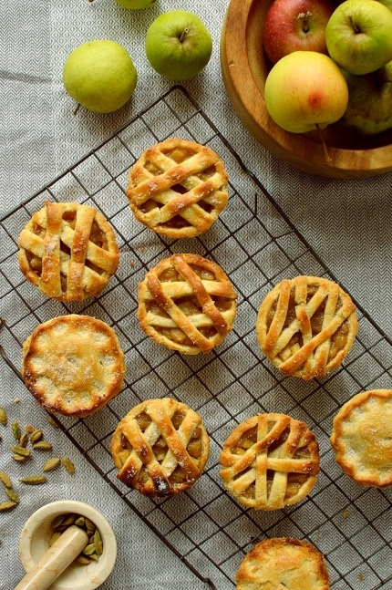 DomesticGothess-MiniCardamomApplePies